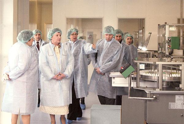Віктор Рибчук знайомиться з виробничими дільницями ВАТ «Фармак»