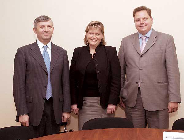 Під час зустрічі вМОЗ: (зліва направо) Віктор Рибчук, Джудіт Бідло, та Андрій Гундер («ГлаксоСмітКляйн»)
