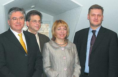 Слева направо: Стивен Робинсон, профессор семейной медицины колледжа остеопатической медицины Юджин Мочан (Филадельфия, США), Екатерина Ющенко иАлександр Бойко