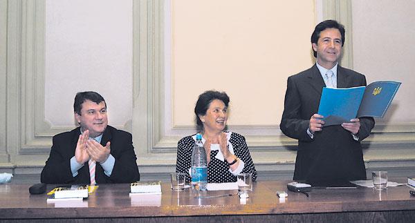 Працівників бібліотеки вітають (зліва направо) заступник міністра культури та туризму І. Приставський, Р. Павленко та Ю. Поляченко