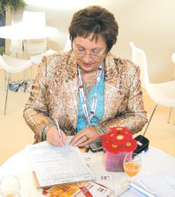 Філя Жебровська підписує контракт научасть ВАТ «Фармак» у виставці CPhI Worldwide-2007 у Мілані