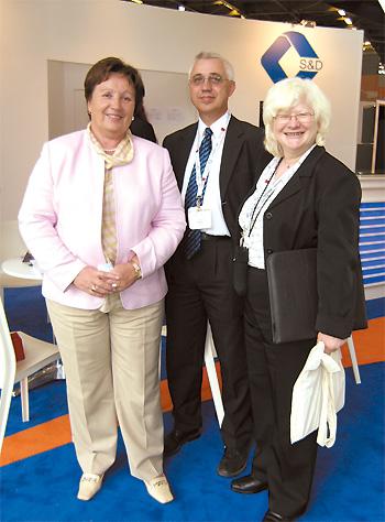 Зліва направо: генеральний директор ВАТ «Фармак» Філя Жебровська, директор з наукових розробок компанії «I.Q.A.» (Чеська Республіка) Міхал Свобода та генеральний директор «I.Q.A.» Ксенія Свободова