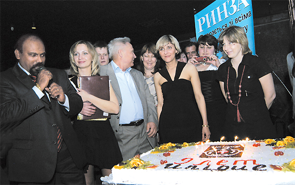 Праздничный торт вчесть девятилетия представительства «Юник Фармасьютикалз Лабораториз» вУкраине