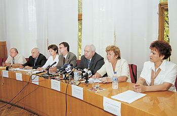 Під час прес-конференції (зліва направо): Д.Деркач, В.Білий, У.Лозан, В.Романів, Ю.Фещенко, А.Щербинська, Т.Александріна