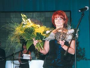 Наталья Сапожникова снаградой «Панацея-2004», символизирующей победу вноминации «Наиболее результативный дебют нафармацевтическом рынке Украины»