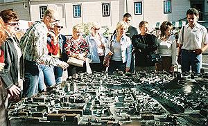 Прогулка поЛюбляне. Группа осматривает макет города.