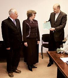 Під час вручення сертифіката: (зліва направо) О. Котенко, Н. Паршина, М. Пасічник