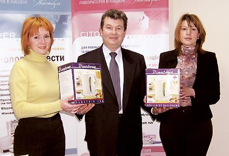 Вовремя награждения победителей акции. Слева направо: Наталья Антипова, Вадим Скопиченко иЮлия Сидоренко