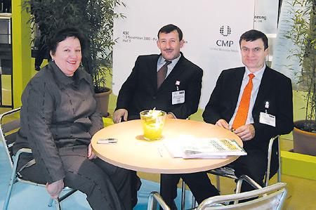 Гарний настрій — запорука успіху: після укладання угоди щодо участі у CPhI-2005 у Мадриді. Нафото (зліва направо): Ф. Жебровська, О. Сяркевич та Г. Костюк