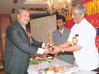 Отель «Меридиан» вг. Мумбай: министр здравоохранения штата Махараштра (Индия) Дигвиджай Кханвилкар (справа) торжественно вручает президенту компании Genom Виноду Сингху высокую награду