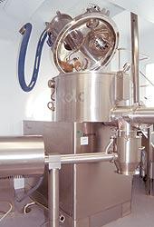 Технологический процесс производства таблетированных икапсулированных лекарственных форм состоит из нескольких стадий. Первая стадия — получение влажного гранулята: смешивание иувлажнение ввысокоскоростном смесителе массы, содержащей субстанцию ивспомогательные вещества