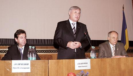 Зліва направо: міністр охорони здоров'я Юрій Поляченко, прем'єр-міністр України Юрій Єхануров, екс-міністр охорони здоров'я Микола Поліщук