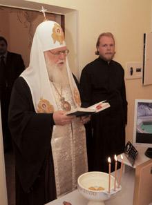 Патриарх Киевский ивсея Руси-Украины Филарет проводит обряд освящения нового офиса