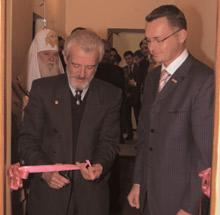 Символичный момент открытия офиса: ленту перерезают Владимир Загородний (слева) иТомас Лиесис