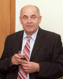 Владимир Мальцев поздравляет сотрудников представительства сновосельем