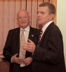 Виктор Шафранский (справа) приветствует президента ЕБА Бьорна Маркштедта