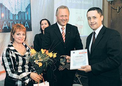 Андису Лацису (справа) вручена награда конкурса «Made in Latvia» вкатегории «Новый иэкспортоспособный»