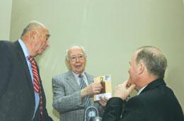 Б. Мовчан вручает флакон смагнитной наножидкостью руководителям ГФЦ МЗ Украины