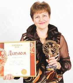 Награду получает Елена Шутенко, финансовый директор представительства компании «Рихтер Гедеон» вУкраине