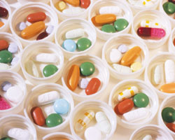 Фізичним особам, які займаються медичною та ветеринарною практикою, дозволено використовувати вроботі наркотичні засоби і психотропні речовини